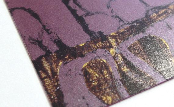 Particolare stampa su cartoncino viola metallizzato